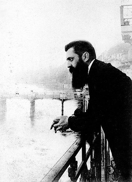 Teodoro Herzl inclinado sobre el balcón del Hotel Les Trois Rois en Basilea, Suiza, posiblemente durante el sexto Congreso Sionista.