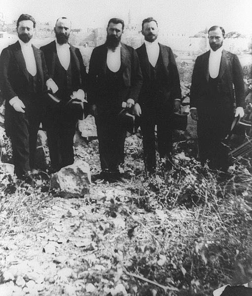 Teodoro Herzl con la delegación sionista en Jerusalén, el 2 de noviembre de 1898. De izquierda a derecha: Max Bodenheimer, David Wolffsohn, Theodor Herzl, Moses Schnirer y Joseph Seidener.